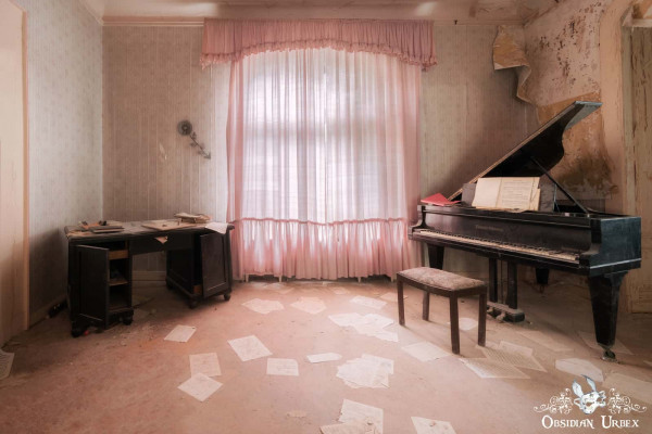 Dr Annas Haus House Piano Room