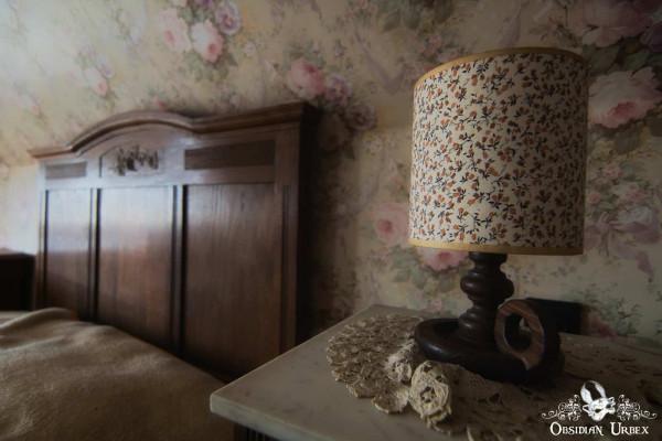Manoir du General P bedroom Bed And Lamp