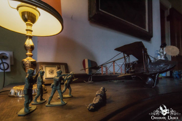 Town Mansion Belgium Toy Soliders Lamp Model Plane