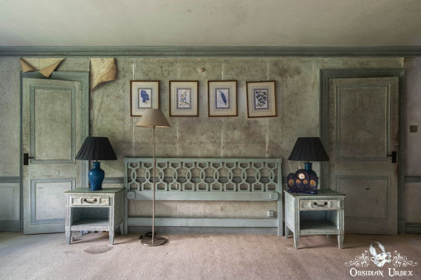 Rockstar Mansion England abandoned manor house blue bedroom with lamps and picture frames