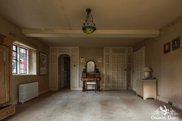 Rockstar Mansion England abandoned manor house vanity table in bedroom
